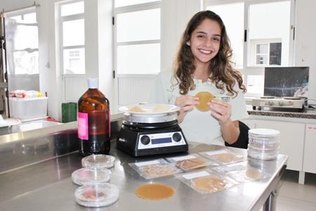 Estudante gaúcha recebe prêmio Jovem Cientista com projeto de plástico biodegradável